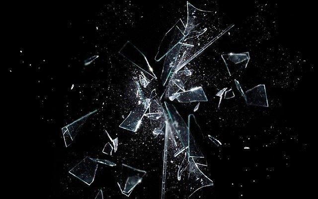 कांच टूटने का आपके जीवन पर क्या प्रभाव पड़ सकता है, जानें