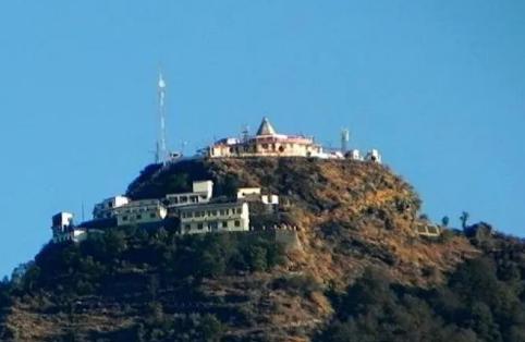 चंद्रबदनी मंदिर में होती हैं मन्नतें पूरी लेकिन माता की मूर्ति को देखना है वर्जित, जानें क्यों