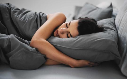 सोने से पहले सिरहाने से हटाएं यह चीजें, मिलेंगे शुभ परिणाम